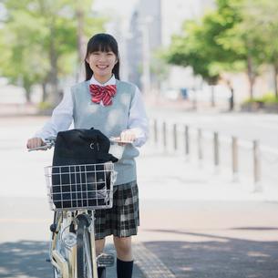 自転車を押す女子学生の写真素材 [FYI02959219]