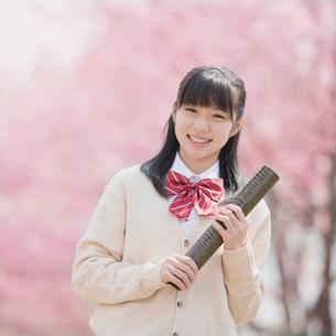 卒業証書を持ち微笑む女子中学生の写真素材 [FYI02959220]