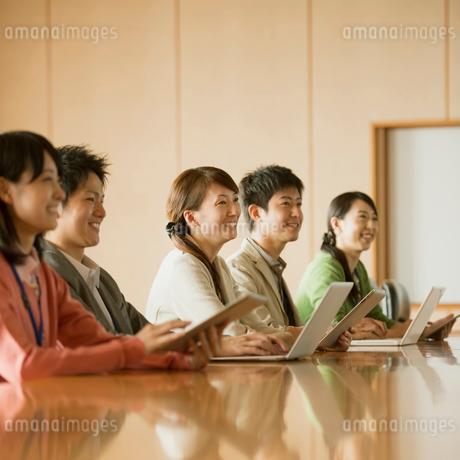 会議をするビジネスマンとビジネスウーマンの写真素材 [FYI02959229]