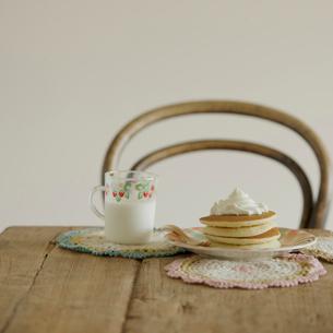 テーブルの上のパンケーキと牛乳の写真素材 [FYI02959236]