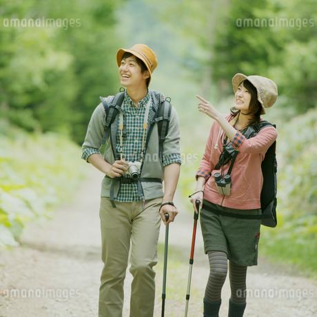 トレッキングをするカップルの写真素材 [FYI02959246]
