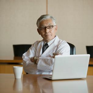 会議室で真剣な表情をする医者の写真素材 [FYI02959254]