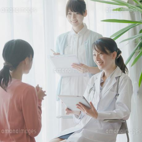 患者のカウンセリングをする女医の写真素材 [FYI02959262]