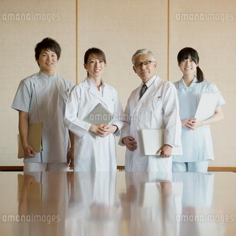 会議室で微笑む医者と看護師の写真素材 [FYI02959266]