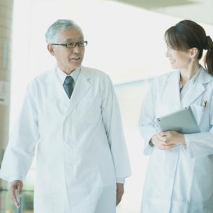 病院のロビーを歩く医者の写真素材 [FYI02959268]