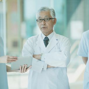腕組みをする医者の写真素材 [FYI02959269]