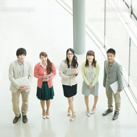 オフィスで微笑むビジネスウーマンとビジネスマンの写真素材 [FYI02959279]