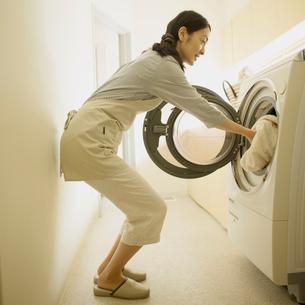 洗濯をする女性の写真素材 [FYI02959280]