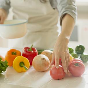 キッチンで野菜を取る女性の手元の写真素材 [FYI02959282]