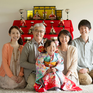 雛人形の前で微笑む3世代家族の写真素材 [FYI02959306]