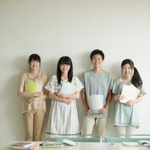 勉強道具を持ち微笑む学生の写真素材 [FYI02959310]