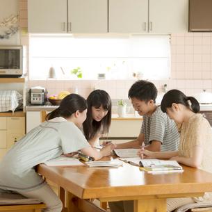 友達の家に集まり勉強をする学生の写真素材 [FYI02959311]