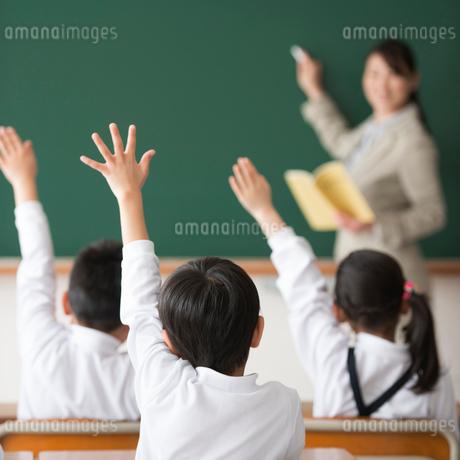 授業中の先生と小学生の写真素材 [FYI02959314]