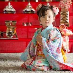 雛人形の前に座る女の子の写真素材 [FYI02959315]