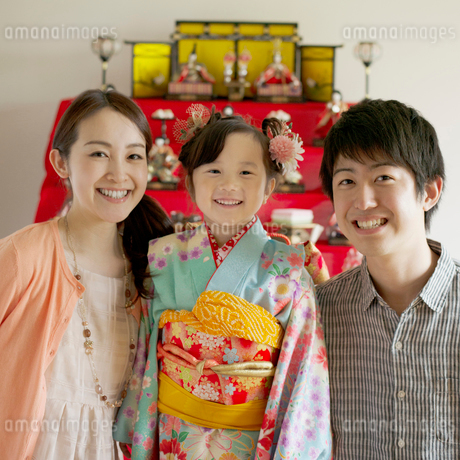 雛人形の前で微笑む親子の写真素材 [FYI02959319]
