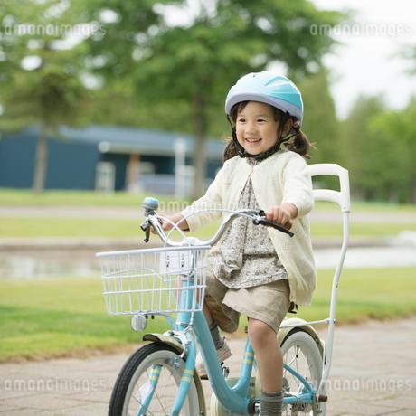 自転車に乗る女の子の写真素材 [FYI02959330]