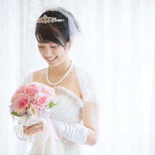 ブーケを持ち微笑む花嫁の写真素材 [FYI02959356]