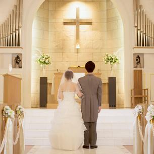 教会に立つ新郎新婦の後姿の写真素材 [FYI02959357]