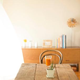 野菜ジュースの置いてあるテーブルの写真素材 [FYI02959381]