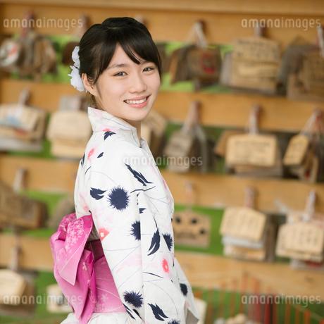 絵馬掛けの前で微笑む浴衣姿の女性の写真素材 [FYI02959385]