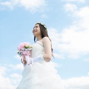 ブーケを持ち微笑む花嫁の写真素材 [FYI02959400]