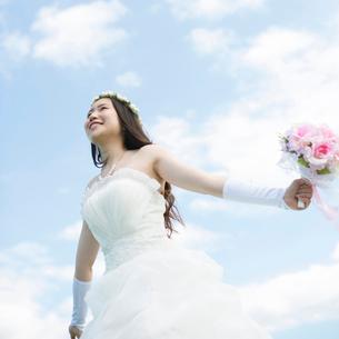 ブーケを持ち微笑む花嫁の写真素材 [FYI02959403]