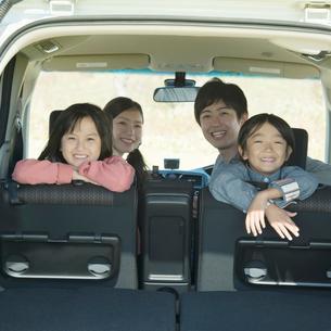 車の中で微笑む家族の写真素材 [FYI02959407]