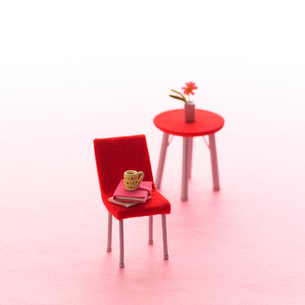赤いいすとテーブルのミニチュアルーム クラフトの写真素材 [FYI02959427]
