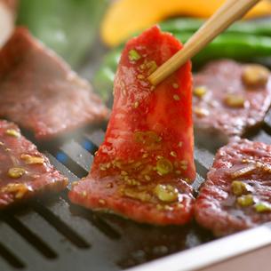鉄板に乗せる焼き肉の写真素材 [FYI02959449]