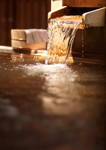 露天風呂と湯口の写真素材 [FYI02959486]