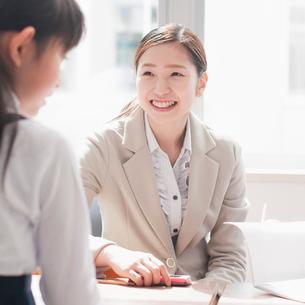 教室で微笑む先生の写真素材 [FYI02959507]