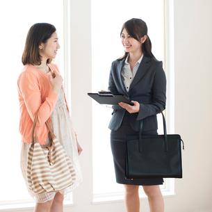 部屋の内見をする女性とビジネスウーマンの写真素材 [FYI02959516]