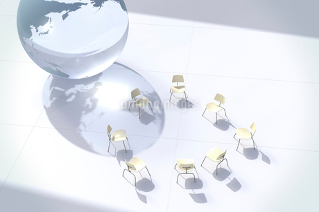 地球儀と円形に置かれた白い椅子 CGのイラスト素材 [FYI02959529]