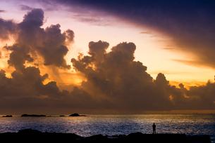 日の出前の海岸の人影の写真素材 [FYI02959539]
