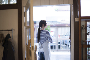 扉の向こうにいる女性の写真素材 [FYI02959545]