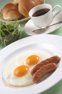 朝食(目玉焼き)の写真素材 [FYI02959977]