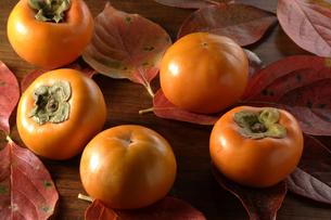 落ち葉と柿イメージの写真素材 [FYI02960024]