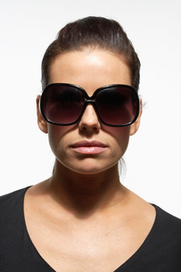 Woman wearing oversize sunglassesの写真素材 [FYI02960282]