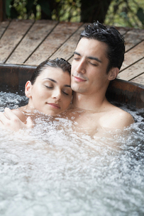 Young couple relaxing in hot tubの写真素材 [FYI02960284]