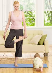 Mother Doing Yoga near Baby Boyの写真素材 [FYI02960328]