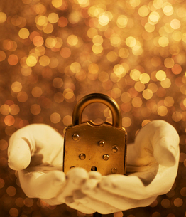 Golden Padlock on Hand Sculptureの写真素材 [FYI02960352]