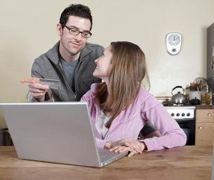 Couple Shopping Onlineの写真素材 [FYI02960359]