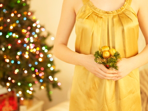 Woman Holding Christmas Decorationの写真素材 [FYI02960363]