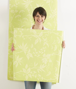 Young Woman Holding Wallpaperの写真素材 [FYI02960654]
