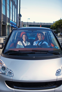 Mid-Adult Couple Driving Smart Carの写真素材 [FYI02960704]
