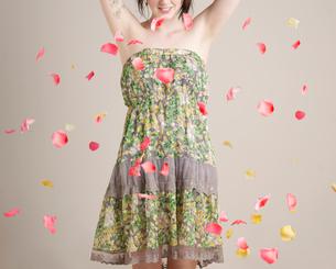 Young Woman Throwing Petalsの写真素材 [FYI02960793]