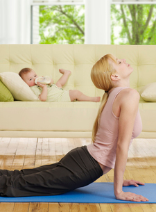 Mother Doing Yoga, Baby Boyの写真素材 [FYI02960797]