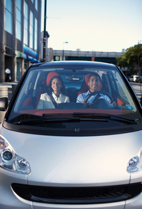 Mid-Adult Couple Driving Smart Carの写真素材 [FYI02960815]