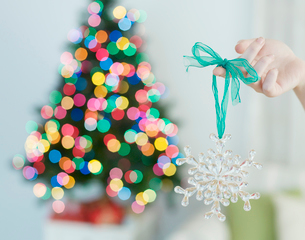 Hand Holding Snow Flake Decorationの写真素材 [FYI02960821]