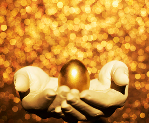 Golden Egg on Hand Sculptureの写真素材 [FYI02960823]